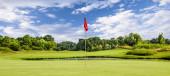 Grün setzen mit Fahne auf einem Golfplatz an einem Sommertag