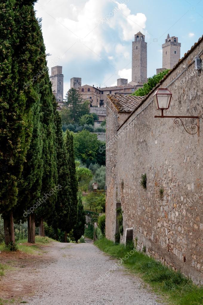 Ciudad De San Gimignano Y Muros Exteriores Y Camino Foto De Stock - Muros-exteriores
