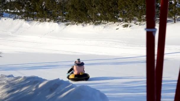 Zimní zábava, sníh, šťastné děti sáňkovat v zimním období. Matka, slunce a batole dother