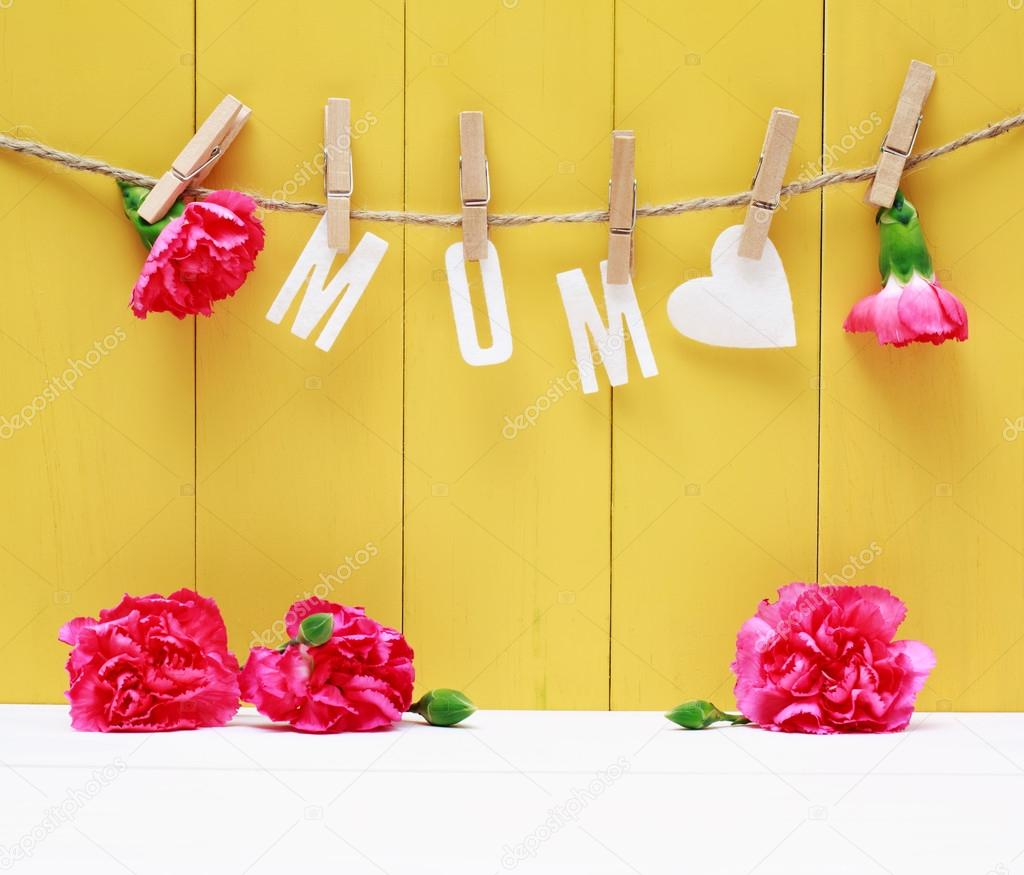 Hanging MOM letters with carnation flowers — Stock Photo © Melpomene ...