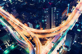 Anténa view dálniční křižovatky v noci v Tokiu