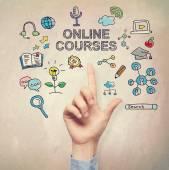 Ruka ukazuje na on-line kurz koncept