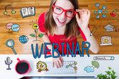 Fotografie Webinar-Konzept mit junge Frau mit roten Gläsern