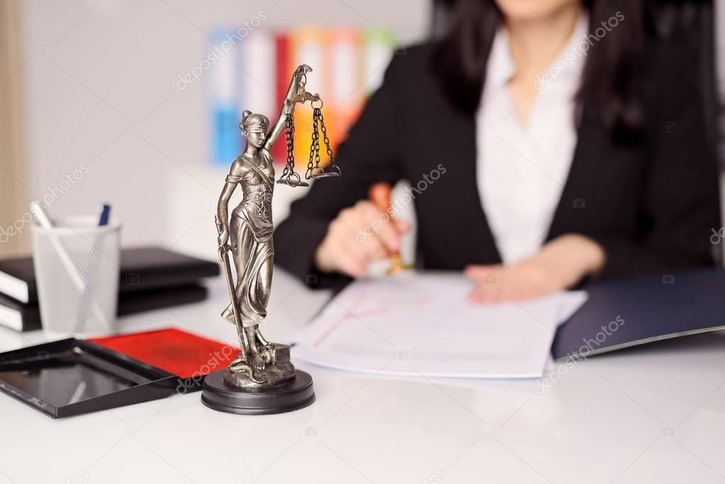 Scrivania Ufficio Avvocato : Statuetta di themis dea della giustizia sulla scrivania dell