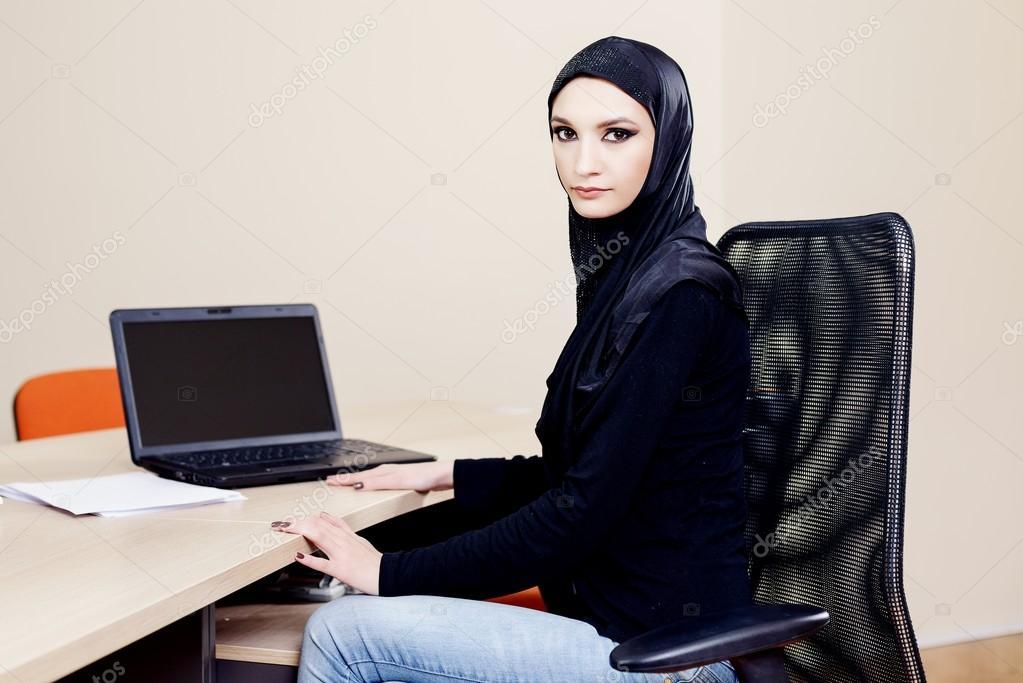 Скачать фото хиджаб. Мусульманская девочка в хиджаб — векторное.
