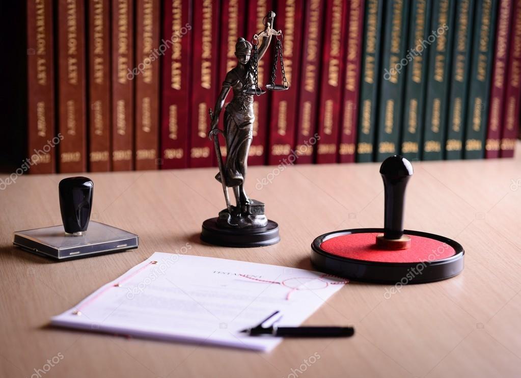 Document en attente pour un signe de notaire sur le bureau