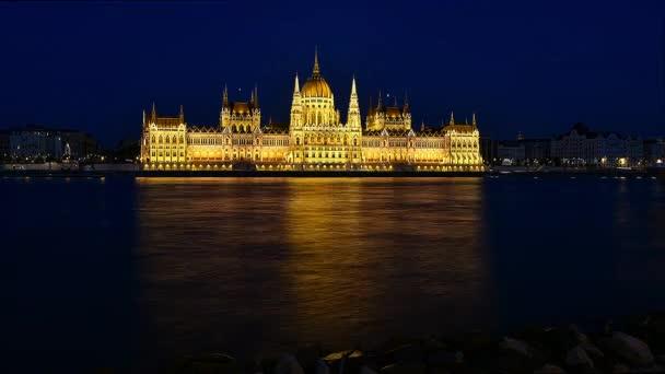Megszűnik a budapesti nemzeti parlamenti éjszaka. Előtérben a vitorlás hajók a Duna