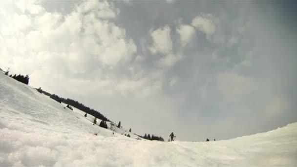 lyžař lyžování po svahu - rychle vpřed pohled