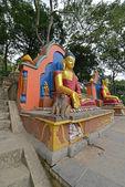 Socha Sedící Buddha v Swayambhunath, nyní se zhroutila po t