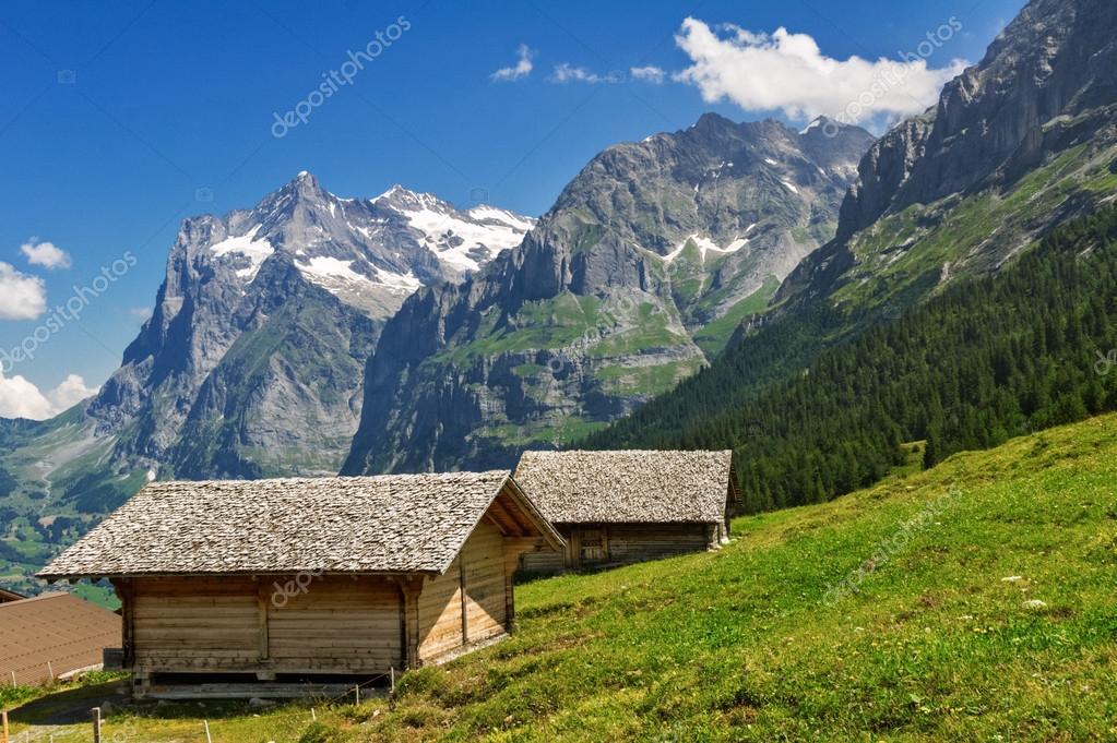 Paysage de belles montagnes idylliques avec maison de campagne chalet en t - Maison chalet des alpes ...