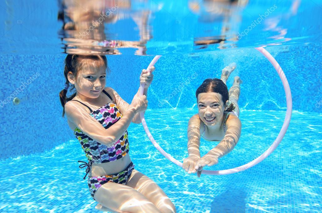 De gelukkige kinderen zwemmen in zwembad onderwater for Zwembad aanschaffen