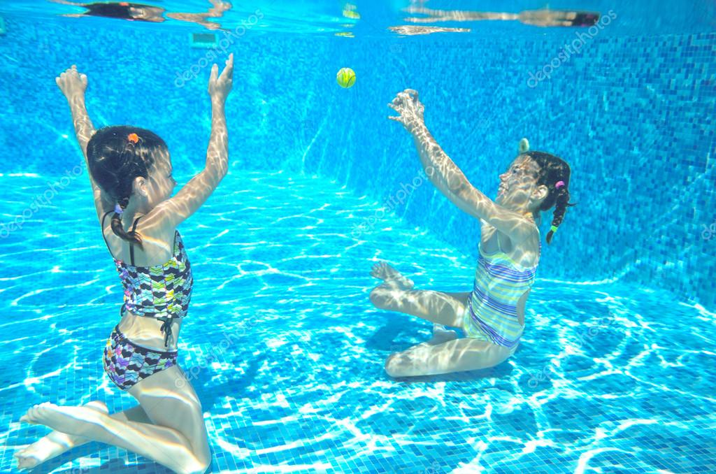 felices los ni os nadan en la piscina bajo el agua las