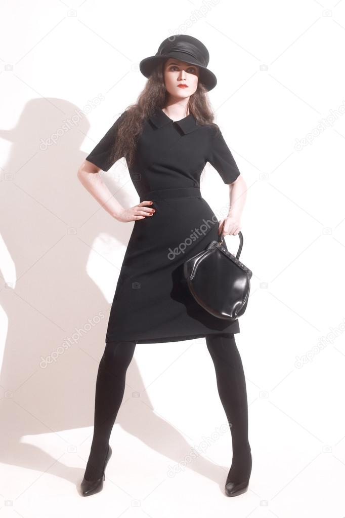 Mujer elegante vestida de negro