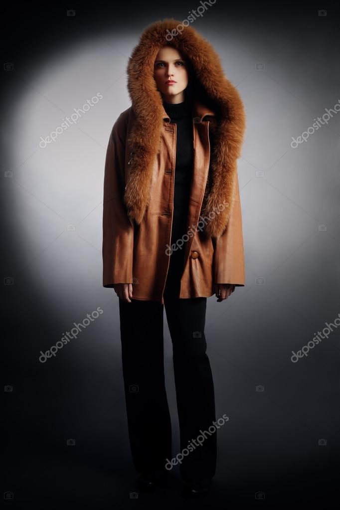 70ade62144fc γυναίκα στην χειμερινή μόδα ρούχα — Φωτογραφία Αρχείου © alenavlad ...