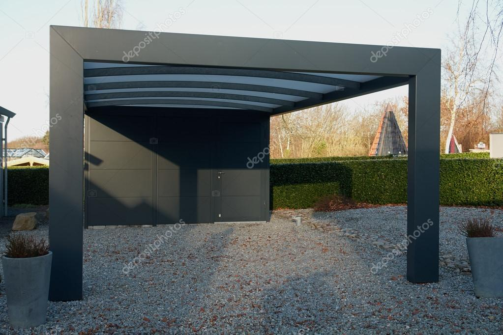 moderne carport garagenparkplatz stockfoto ronyzmbow. Black Bedroom Furniture Sets. Home Design Ideas