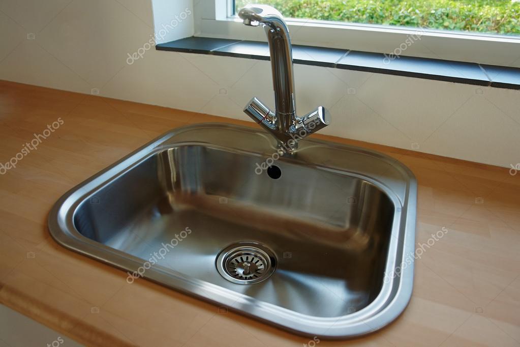 Détails de la cuisine moderne evier avec robinet ...