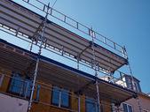 Fotografia ponteggi su una casa in costruzione in ristrutturazione