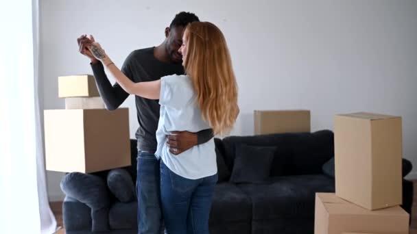 Glückliches multiethnisches Paar zog in ein neues Haus