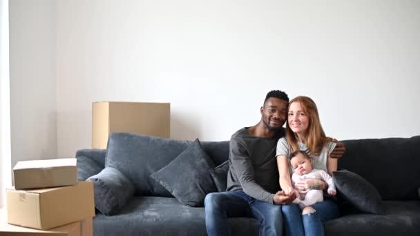 Šťastná multiraciální rodina se nastěhovala do nového domu