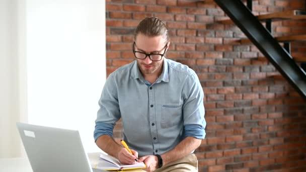 Chlápek v elegantní kaštanové košili uvnitř