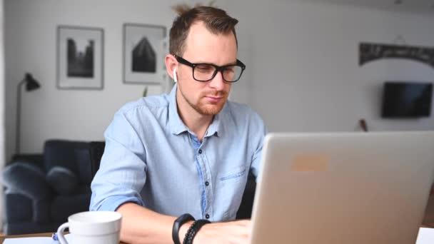 Inteligentní chlap v elegantní neformální košili.