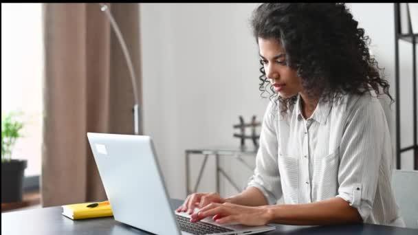 Selbstbewusste afroamerikanische Büroangestellte