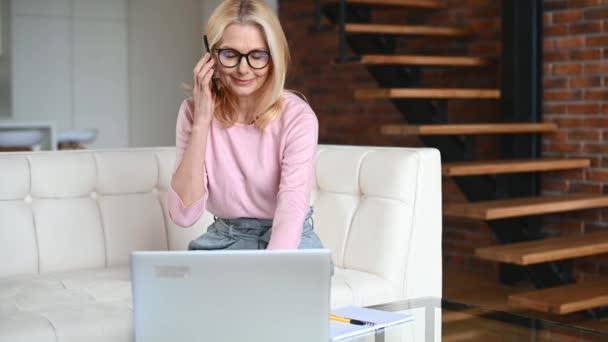 Žena středního věku v domácí kanceláři
