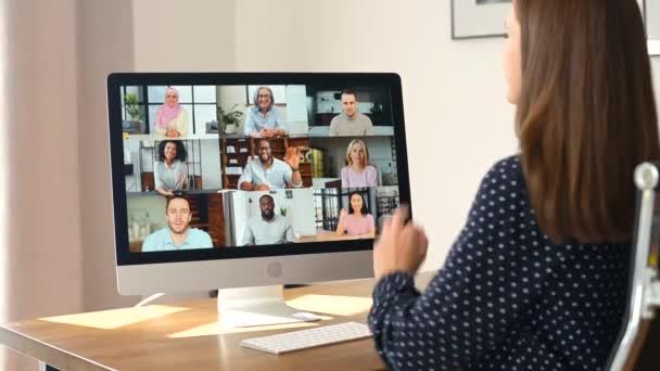 Frau nutzt Computer-App für Videoverbindung