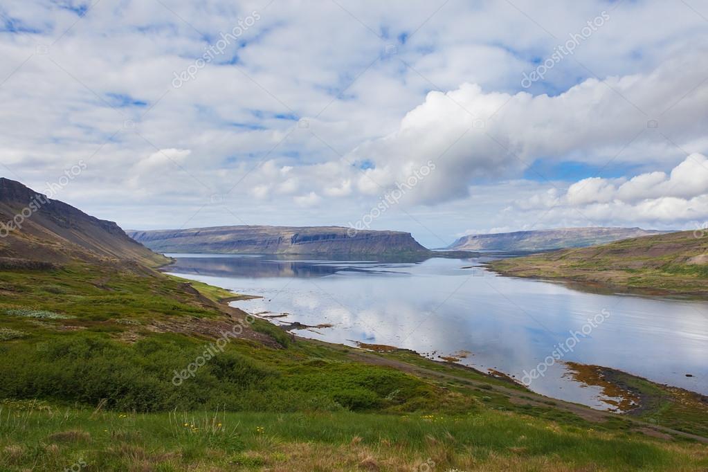 アイスランドの西部フィヨルドで...
