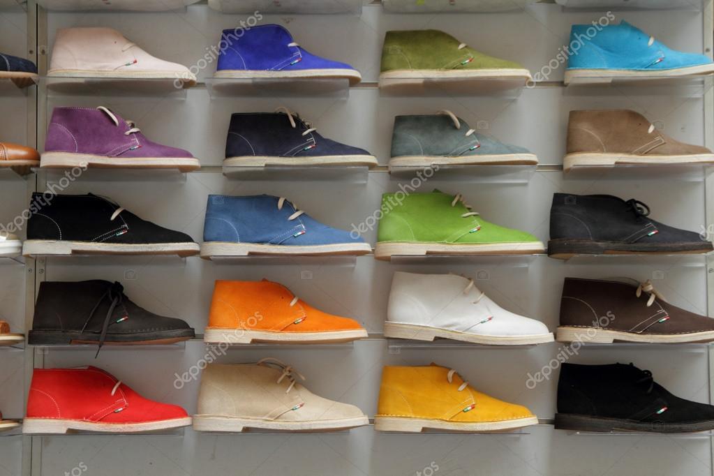 8d88557b56fb5c взуття колекції у вітрині — Стокове фото — колір ...