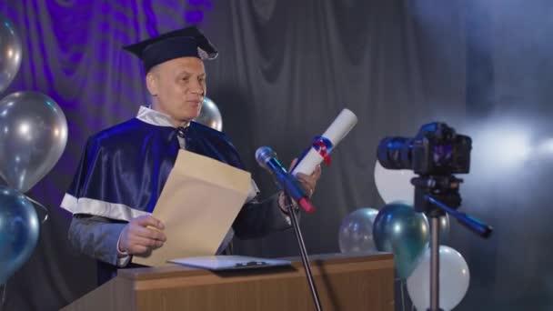 gratulujeme absolventům on-line, vysokoškolský učitel šťastně prezentuje diplomy studentům pomocí video komunikace a moderních technologií