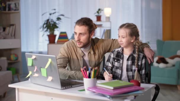 Vater hilft Tochter bei Hausaufgaben im Online-Unterricht, Mann und Mädchen haben Spaß und geben sich gegenseitig fünf glückliche Schultests