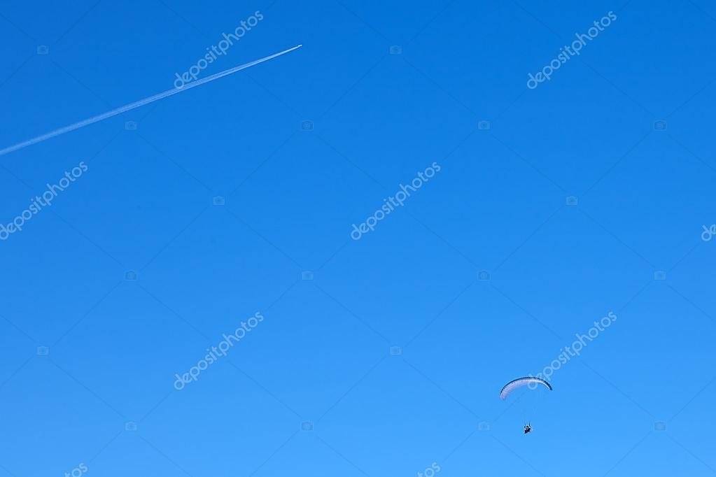 Powered paragliding with a flying plane — Stock Photo
