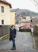 Fotografie Mladí turistické žena pózuje v historické ulici
