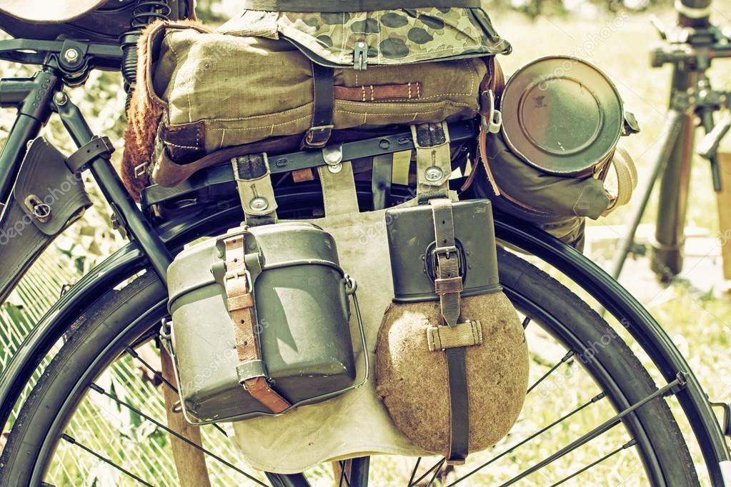 ea5d5b23272c Közelről fotó a régi katonai felszerelések, retro kerékpár — Stock ...