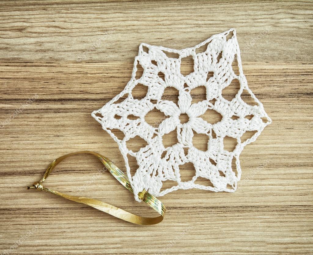 Decoración de Navidad de ganchillo blanco en la textura de madera ...