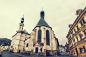 Fotografie Kostel svaté Kateřiny a radnice ve městě Banské Štiavnice
