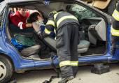 Rettungskräfte retten die verletzte Frau.
