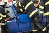 Hasiči otevřít dveře auta s hydraulickými nůžkami