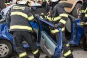 Feuerwehrleute entfernen die Schneidtüren aus einem Autowrack