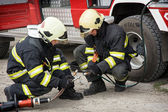 Feuerwehrleute bereiten hydraulische Schere für den Einsatz durch die Rettung vor.