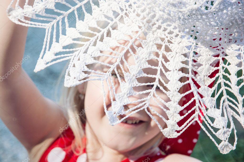 Kleines Mädchen Ist Lachen Und Versteckt Sich Hinter Den Hut Häkeln