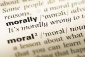 Fotografia Chiuda in su della vecchia pagina del dizionario inglese con la parola moralmente