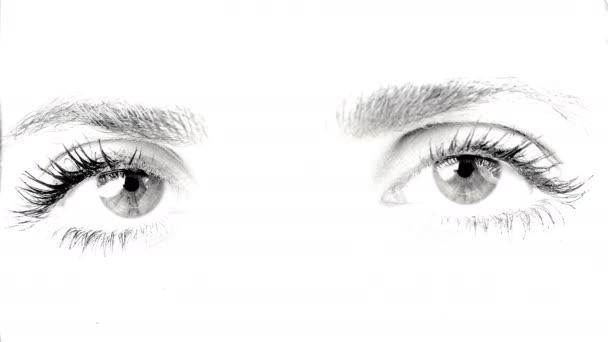 Portrét ženy oči černé a bílé 4k