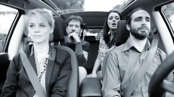 Lidé v autě diskutovat a dostat se do boje černá a bílá