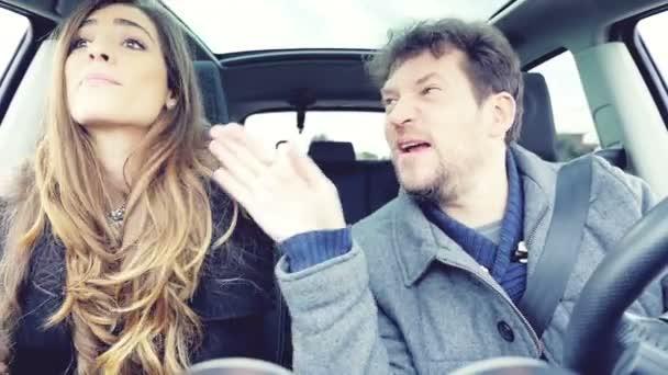Dvojice dělat ksichty při tanci v autě zpomalené