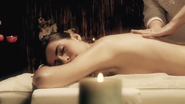 Dolly záběr krásná mladá žena vrátit masáž v lázních