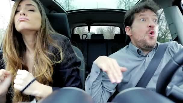 Krásný obchodní žena s mužem, takže vtipné crazy tváře v autě zpomalené