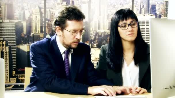 Muž a žena jsou spolupracovat při práci