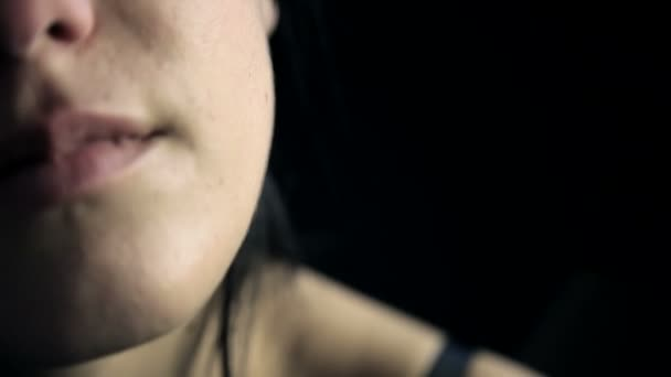 Frau spürt Schmerzen nach Gewalt